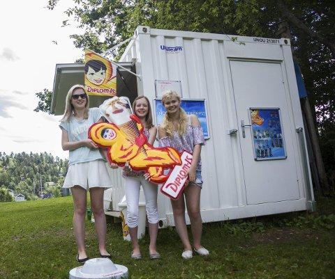 Ny kiosk: Nordby skolekorps har byttet ut campingvogn-kiosken med en containerkiosk. Celine Hagen, Malene Hagen og Ingrid Eng (f.v.) er kioskmannskap.FOTO: Eskild gausemel Berge