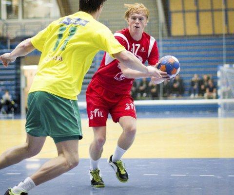 MARKERTE SEG: Follo HKs Kasper Lothe var sentral da Norges U-landslag vant mot Polen i SparkassenCup i Tyskland. Her er midtbacken i aksjon for klubblaget.FOTO: ATle Larsson