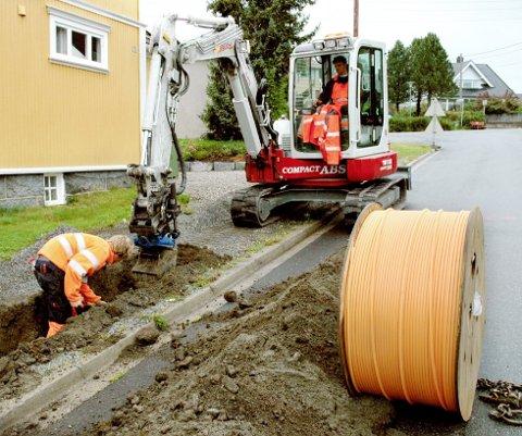 Det skal graves: Kommunikasjonen i den nye kommunen styrkes. Her fra bredbåndslegging i Larvik.Foto: Arkiv