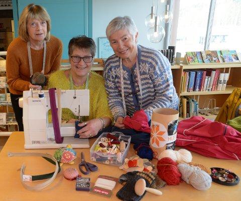 VIL LÆRE DEG: Fra venstre MArit Beitnes, Dorte Rustad og Kjersti Aagaard fra Hof Husflidslag og Åsnes Husflidslag. De vil lære deg å stoppe sokker og reparere klær.