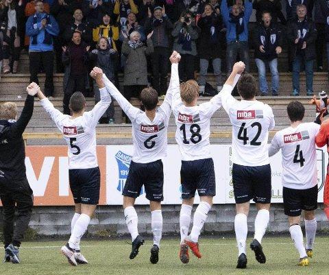 Rana FK takker Rataskankan etter bortekampen over Sandnessjøen sommeren 2019.