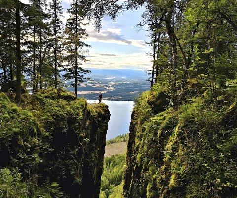 KAN KOMME HIT: Du kan fortsatt få denne utsikten - men ikke ved å gå gjennom Mørkgonga. Å ta seg fram til Migartjern, for så å gå ut til kanten, er likevel fortsatt mulig.