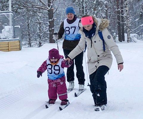 STIL: Leona og Åste Bratli (bak) i flott stil sammen med Merete Bakke i lysløypa på Nes.