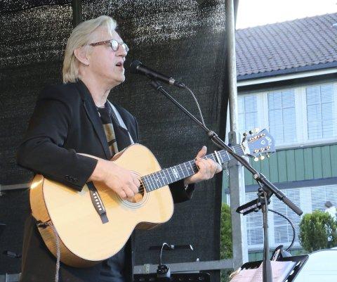Timeskonsert: – Her på livets lyse side lever jeg, synger Finn Kalvik og publikum i Sætre stemmer i på refrenget.