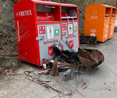RYDDET? Noen har kanskje ryddet - og deretter lagt igjen søppelet ved Fretex-containerne, i håp om at avfallet hentes sammen med tekstilene.
