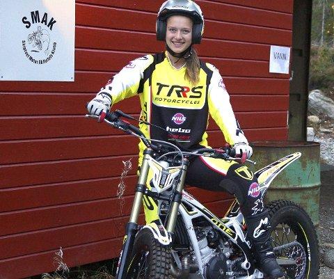 STOLT: Ingveig Håkonsen, som representerer Skiptvet Motoraktivitetsklubb (SMAK), er Norges beste kvinnelige trialkjører. Nå får 18-åringen utviklingsstipend fra Olympiatoppen.