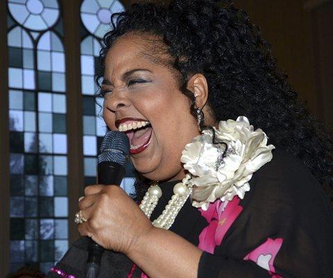 MEKTIG: Angela Primm hadde en mektig gospelrøst og sammen med en enorm karisma fikk hun taket nesten til å løfte seg i ærverdige Øymark kirke under konserten.