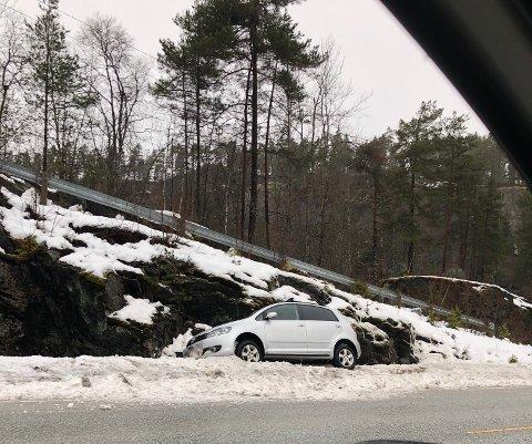 I GRØFTA: Ein bil køyrde i grøfta på fylkesveg 55 ved Stupshølen laurdag morgon.