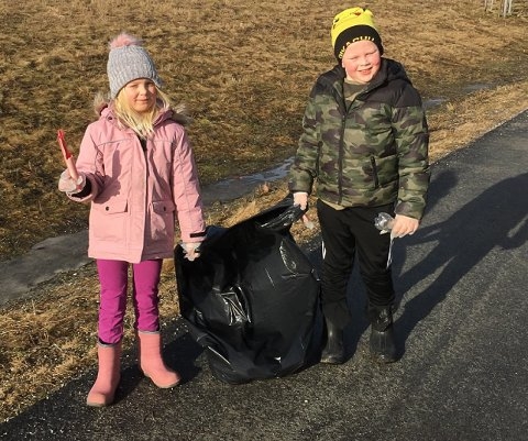 RYDDET: Linnea Thorsen Solheim og Liam Norum Thorsen brukte litt av vinterferien til å rydde skoleveien.