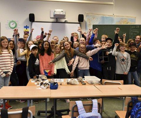 Slapp jubelen løs: 5. klassingene på Tvedestrand skole har sikret seg en plass i årets finale i Skoglekene på Elverum. Her skal de konkurrere mot 5. klassinger fra resten av landet. Dersom de vinner, sikrer de seg troféet «Den gyldne kongle». Foto: Olav Loftesnes