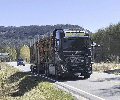TøMmertransport: Hver dag kommer det mange vogntog til og fra Bergene Holm på Jordøya ved Simonstad, og med en Biozinfabrikk vil tungtransporten øke betydelig. Arkivfoto