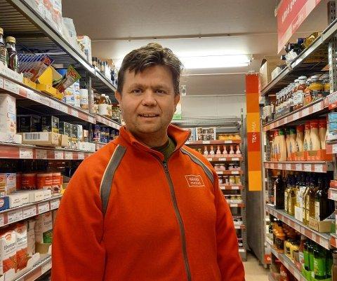 JOBBER MED ANSETTELSER: Butikksjef Tom Oddvar Solheim er i full gang med å ansette sine nye kollegaer i Extra på Leira. Selv ble han ansatt i jobben i starten av oktober.