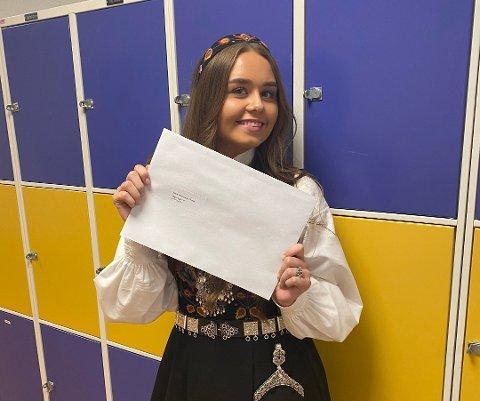 Bare seksere: Marie Melbybråten Rognås har kikket. Oppi konvolutten ligger vitnemålet med 20 seksere.