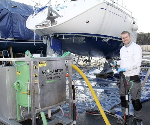 Geo-blaster fra Canada: Maskinen til 350.000 kroner gjør det samme som sandblåsing, men Mathis Haugaasen bruker resirkulert glass og vann i prosessen.