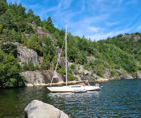 Denne båten har ligget forlatt i Sivikkilen i Risør i en måned.