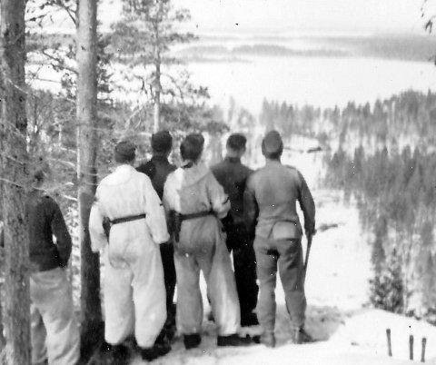Før slaget: Norske frontkjempere på toppen av Kaprolathøyden. Tre håndgranater i snøen til høyre. Om lag hundre falt i det blodige slaget – mange av dem svært unge menn. FOTO: Ola Sæhlies samling