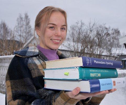 BEHOLDER HUMØRET: – Uansett hvordan det går med sleggekastinga, har jeg nok å henge fingrene i som student, smiler Helle Henriksen Hvidsten.