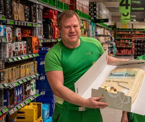 Selv om det har vært et spesielt år, mener Micke Andersson på Kiwi XL på Åssiden at det har gått bra. Drammens Tidende har hedrer dem med kake på vegne av alle butikkansatte som har gått på jobb under pandemien.