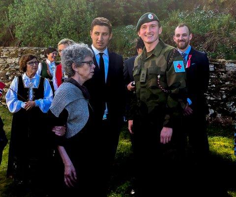 Kristoffer Hopen la ned krans ved dei minnestøtta for dei falne under krigen.