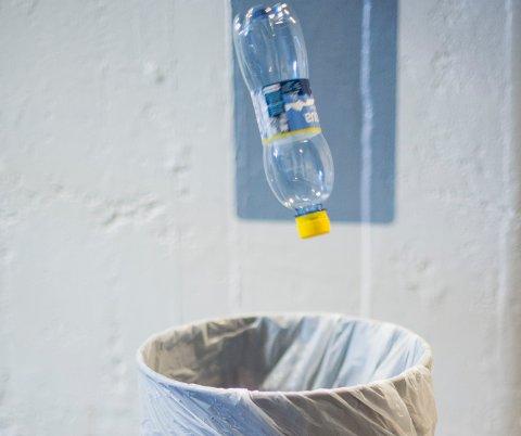Oslo  20150724. Tomflasker med pant kastes rett i søpla.  Foto: Fredrik Varfjell / NTB scanpix