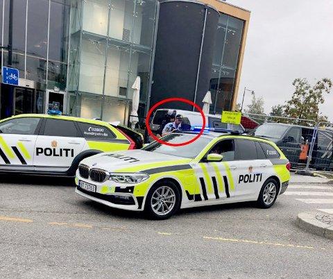 PÅGREPET: Den nå tiltalte 22-åringen skal ha framsatt en bombetrussel mot kjøpesenteret mandag 23. september i fjor. Han ble kort tid senere pågrepet av politiet og fraktet til arresten i Lillestrøm. Foto: RB-TIPSER