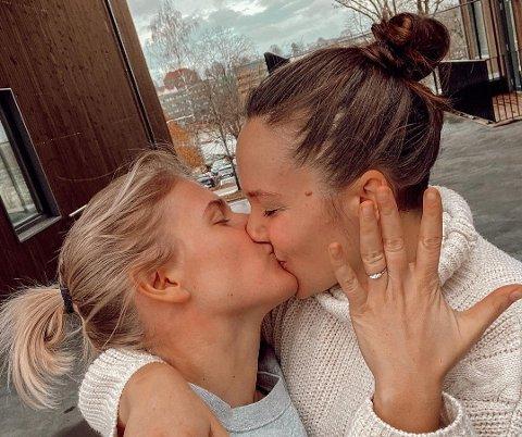 VISER FREM RINGEN: Julie Visnes fridde til Camilla Lorentzen på en helt spesiell måte. Svaret ble selvfølgelig ja. Bildet gjengis med tillatelse fra paret.
