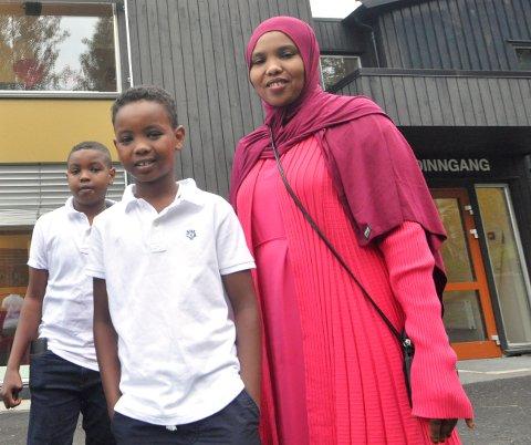 FØRSTE SKOLEDAG: Ifraax Jamal (31) og sønnene  Yousuf (10) og Mohad (8) begynner på introduksjonsprogrammet ved Lillehammer læringssenter.