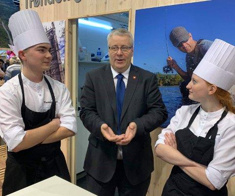 Kokkelærlingene Thomas Ekle Løken og Camilla Brendjord Hetland møtte landbruks- og matminister Bård Hoksrud under Grüne Woche i Berlin.