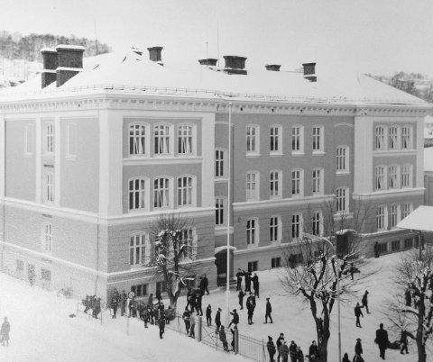 BARE GUTTER: Gutteskolen var som navnet tilsa kun for gutter fram til 1970, da skolen endret navn til Sentrum skole. Det ble da en «samskole» med både gutter og piker. Pikeskolen slapp guttene til i 1963, og endret like etter navn til Os skole.