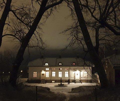 ORØD: Gården sør for Tistedalen var for ti år siden et mekka for spøkelsesturister. Nå har hus og hage blitt satt i stand, og eierne har fått flere priser for restaureringen. Her er huset fotografert en romjulskveld i 2019.