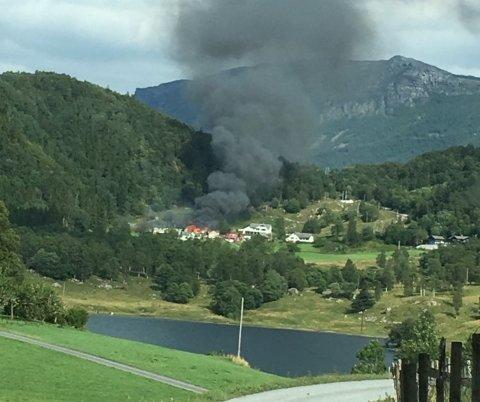 Fjøset på en gård ved sør for Stordalsvatnet i Etne gikk opp i røyk og flammer onsdag ettermiddag.
