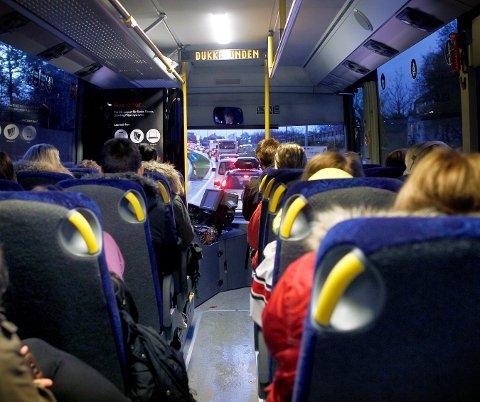 TILBAKE TIL SKOLEN: Kolumbus kjører ordinære skoleruter på mandag og vil overvåke kapasiteten på skolebussene tett.