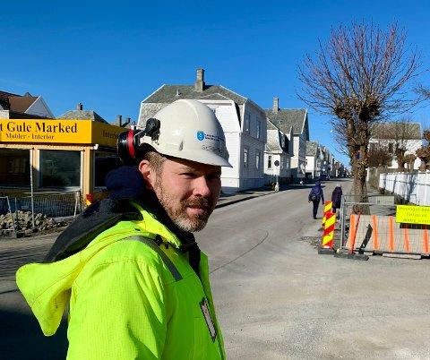 VEISJEF: Kjetil Lindanger er sjef for veiavdelingen i Haugesund kommune.  Strekket fra den katolske kirken og nordover Haraldsgata til Rådhusplassen er preget av forfall. Pengene strekker ikke til.