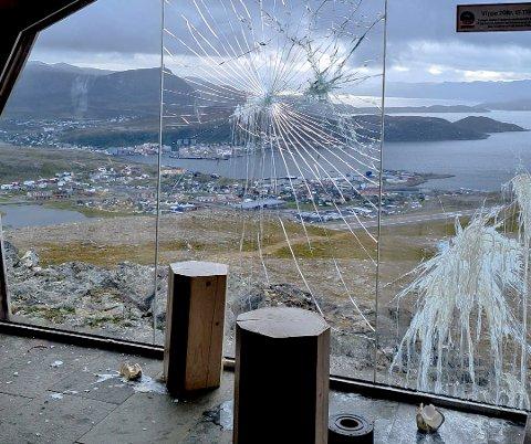 TRIST SYN: Dette synet møtte turgåer Tove-Mette Margitsdatter Karlsen da hun åpnet døra til Storfjellhytta tirsdag formiddag.