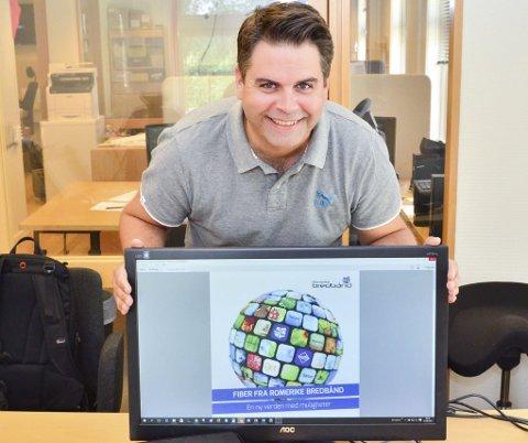 VEKST: Daglig leder Roar Olsen i Romerike Bredbånd AS er fornøyd med utviklingen. Foto: Øyvind Henningsen