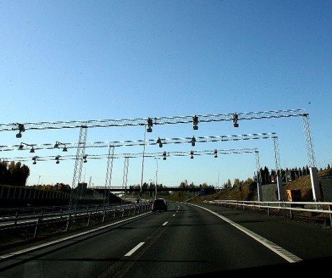 BOMPENGER: Ullensaker har åpnet for at også elbiler bli nødt til å betale bompenger når de passerer bomstasjonene på strekningen mellom Gardermoen og Kolomoen. Nabokommunen Eidsvoll sier nei.