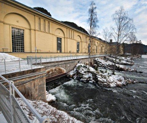 SIKRER STRØMMEN: Ordfører i Nore og Uvdal, Jan Gaute Bjerke (Ap) mener det er for dårlig at en kraftkommune kan bli berørt av lengre strømbrudd. Nå jobber han for at langvarige strømstanser ikke skal ramme Nore og Uvdal.