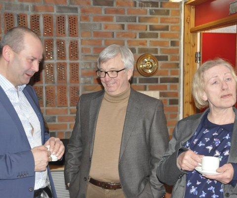 Møtte motstand: Direktør i Norsk Olje og Gass, Karl Eirik Schjøtt-Pedersen klarte ikke å overbevise flertallet i Vestvågøy Ap og leder Arne Martin Finstad om at konsekvensutredning er nødvendig. Han fikk støtte fra Guri Ingebrigtsen. FOTO: MAGNAR JOHANSEN