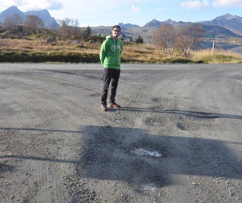 VENTER: Innbyggerne langs Pollveien i Borge har ventet lenge på asfaltering av fylkesveien. Her er Gøran Rasmussen Åland fra Aalan Gård fra en tidligere sak om veien.