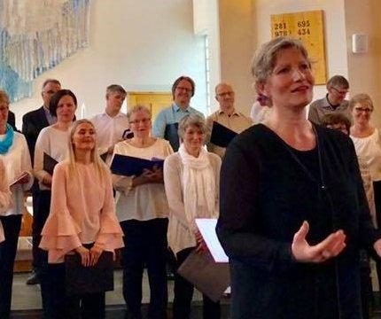 Ramberg blandakor med dirigent Ann Kristin Windstad fra en tidligere konsert i Borge kirke.