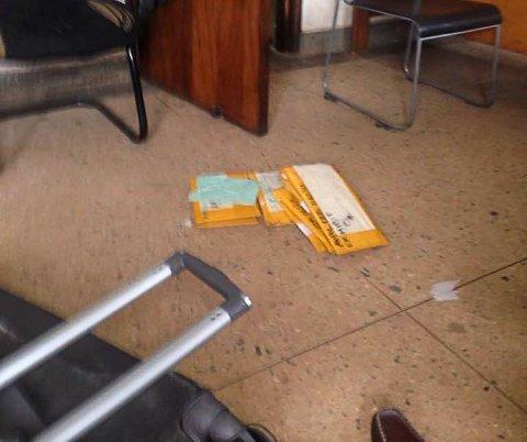KOFFERT: Heroinen ble angivelig funnet i tre forseglede pakker som var teipet sammen. Bildene er delt på Twitter av politi og medier i Uganda.