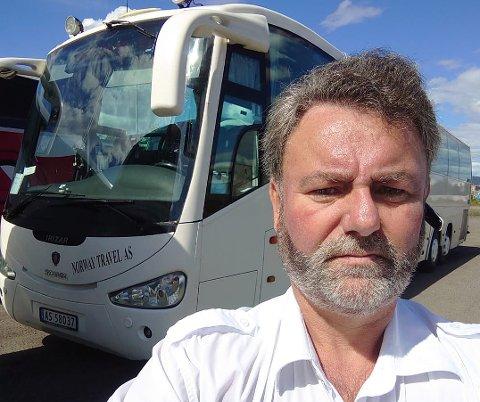 Bussjåfør Gjert-Olav Helland kjører buss for tog for Vy i sommer. Han reagerer på at bussene er for fulle og at hostende passasjerer slippes om bord.
