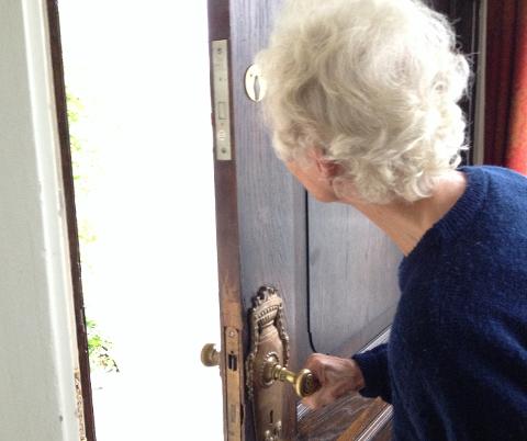 """SVINDLET: Nok en gang har en eldre dame blitt lurt av fremmede som ringer på døren med et falsk """"oppdrag"""". Illustrasjonsfoto: Nina Schyberg Olsen"""