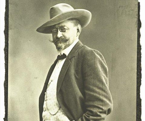 LITT AV EN TYPE: Dr. Olav Sopp poserer for fotografen, med kledelig bart og skjegg, tversover, lommeur, hatt og til og med tollekniv. Bildet er fra tidlig på 1900-tallet. FOTO: UKJENT/MJØSMUSEET