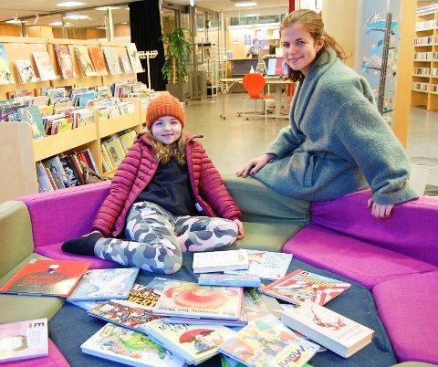 STORLÅNERE: Tone Isene og datteren Isabella lånte like mange bøker på Kolben bibliotek under koronaåret 2020 som året før. De låner gjerne en stor bokhaug sammen når de besøker biblioteket.