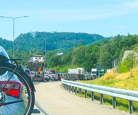 FORSINKELSER: Det er tett trafikk på E18 i øyeblikket. Her fra Langangenbrua hvor trafikken nesten står bom stille.