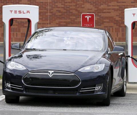 LADEBIL: Tesla er en av de mest populære elbilene. Foto: NTB/Scanpix/AP/Chuck Burton