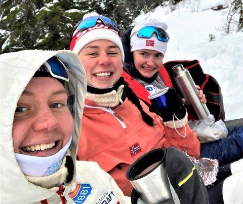 GLEDE: Marte Lund Leinan (tv), Mari Lund Leinan og Gyda Westvold Hansen feiret VM-medajene og hjemkomsten i Trondheim med bål og kakao og på trygg avstand fra alle andre.