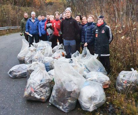 Effektive fotballspillere fra Åga IL stilte opp og hjalp HAF til å fjerne mye søppel fra et område nært søppelfyllingen de ikke ante var plaget med flygeavfall.