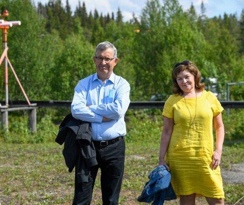 Anita Sollie sammen med Øyvind Hasaas fra Avinor. Sollie sa hun var beveget på en så stor dag som dette.